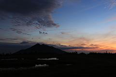 秋のアヤメ平の夜明け