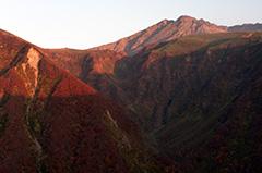 秋の鳥海山の夜明け