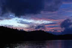 秋の尾瀬沼の夜明け