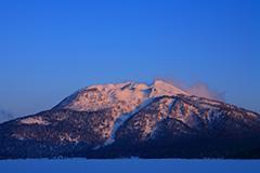 冬の尾瀬ヶ原の夜明け
