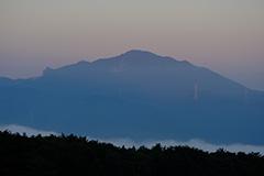 秋の子持山の夜明け