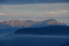 秋の谷川岳の夜明け