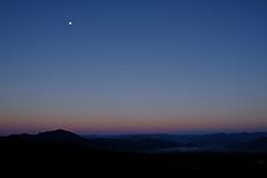 秋の月の夜明け