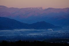 秋の朝霧の夜明け