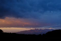 秋の榛名山の夜明け