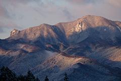 冬の子持山の夜明け