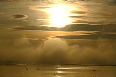 秋の気嵐の夜明け