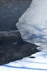 氷結した冬の覚満淵