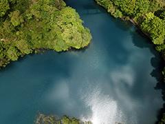 四万の湖面の空撮