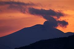 冬の浅間山の夕景
