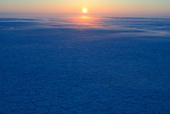 冬の流氷の夕景