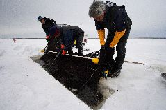 冬の氷下待ち網漁