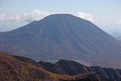 秋の男体山