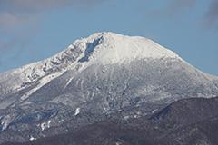 冠雪した秋の日光白根山