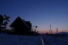 冬の原生花園駅の夜明け