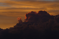 夏の入道雲の夕景